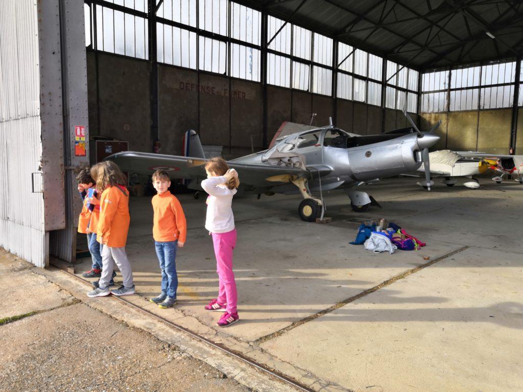 Scouts devant le hangar