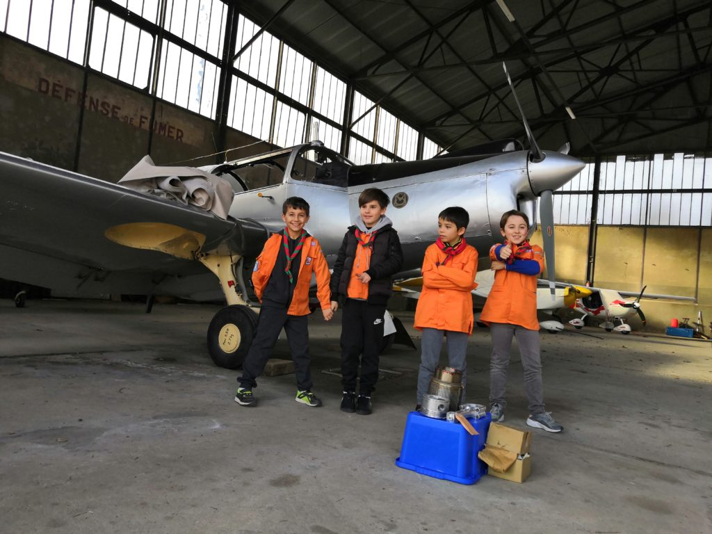 Scouts devant le Morane-Saulnier